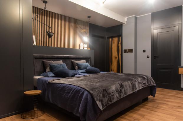 Obok sypialni znajduje się garderoba z szafą odświeżającą ubrania.