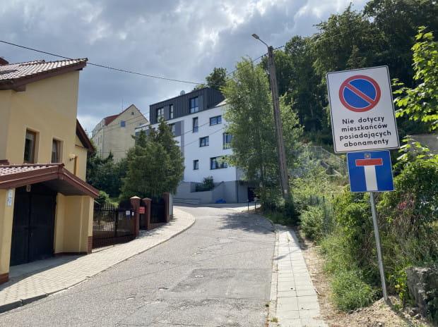Na niektórych ulicach, jak np. ul. Karpackiej, obowiązuje zakaz postoju dla osób nieposiadających abonamentów.