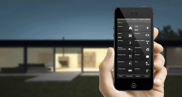 Dzięki systemom inteligentnego domu możemy dopasować temperaturę wody lub powietrza w budynku w zależności od obecności użytkowników.
