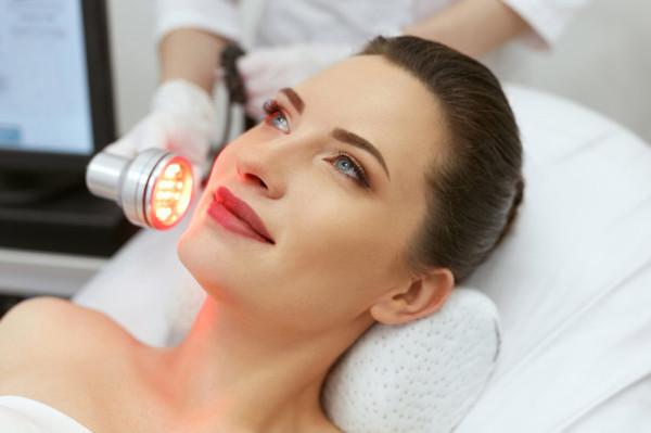 Jesienią, kiedy brakuje nam naturalnego światła, możemy skorzystać z fototerapii dostępnej w gabinetach kosmetycznych.