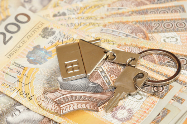 Z balkonu na Przymorzu leciały pliki banknotów o nominale 200 zł. Pieniądze pochodziły prawdopodobnie ze sprzedaży mieszkania.