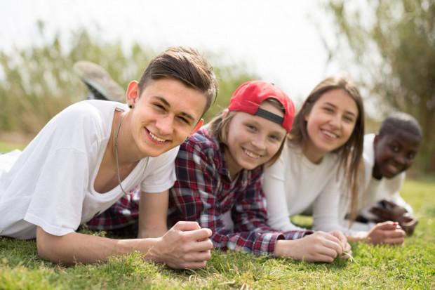 Młodzież reaguje spontanicznie na zjawiska zachodzące w życiu społeczno-politycznym kraju, tworząc własne środki wyrażania i specyficzny kod.