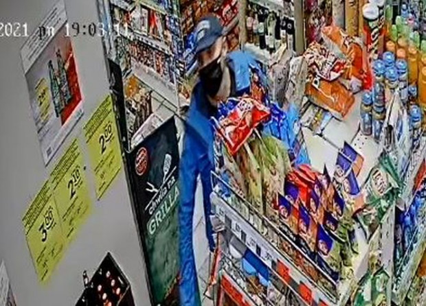Mężczyzna poszukiwany w związku z rozlaniem w sklepie śmierdzącej substancji.