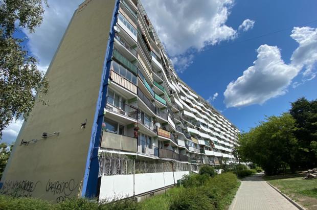 W poniedziałek w tym falowcu przy ul. Jagiellońskiej wyrzucono z balkonu ok. 200 tys. zł. Wcześniej te same pieniądze fruwały już po mieszkaniu w innej części miasta.
