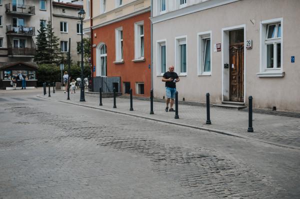 Zniszczona nawierzchnia ul. Wajdeloty we Wrzeszczu.