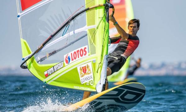 Piotr Myszka w Tokio chce poprawić 4. miejsce z Rio de Janeiro. Deskarz uważa, że zarówno przełożenie igrzysk o rok jak i kontuzja odniesiona w listopadzie, wyszły mu na dobre.