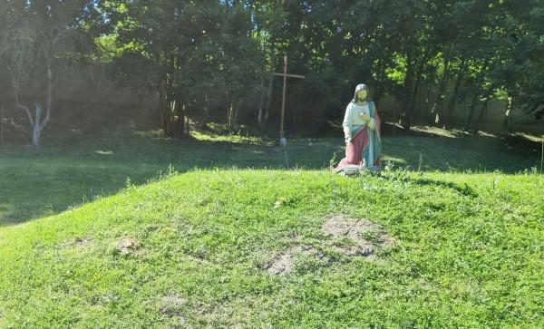 W miejscu, gdzie przez 10 lat stały paśniki danieli, przed kontrolą urzędników pojawiły się figury świętych i krzyże.