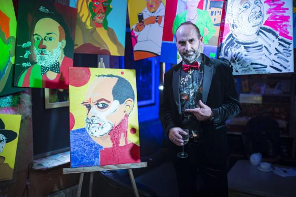 Szef SPATiF-u Arkadiusz Hronowski ze swoim portretem autorstwa Milorda de Molo.