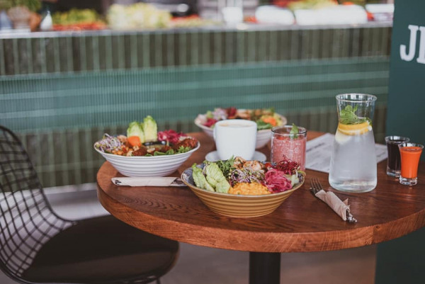 Masna Micha to zdrowe jedzenie w miejskim stylu. W ofercie restauracji znajdują się bowle, sałatki, wrapy i nie tylko. Wszystko przygotowywane jest w oparciu o produkty od lokalnych dostawców i podane w sposób jak najbardziej przyjazny środowisku.