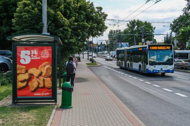 Autobus linii R mijający przystanek Zwycięstwa-Wielkopolska