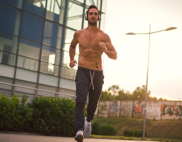Trening bez koszulki to dość częsty widok w czasie lata.