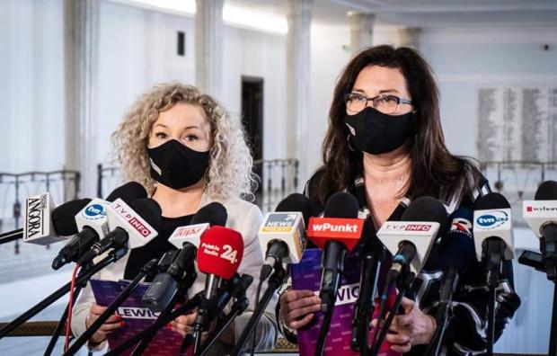 Przedstawiciele Klubu Lewicy, wśród nich gdańska posłanka Beata Maciejewska (z prawej str.), zapowiedzieli, że przygotują projekt ustawy regulującej oddawanie Kościołowi ziemi za bezcen.