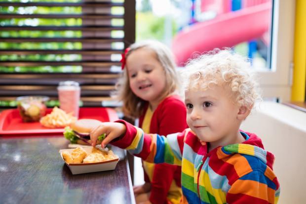 Niektóre osoby odstrasza już sam widok dzieci siedzących w restauracji. - Mój syn potrafi zgotować w restauracji piekło, dlatego nigdy nie daję się nabrać na takie słodkie buźki, tylko natychmiast zmieniam lokal - mówi Radosław.