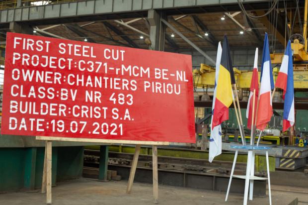W stoczni Crist rozpoczęto oficjalne cięcie stali pod budowę jednostki o numerze C371. Ma być to pierwszy z 12 okrętów dla belgijskiej i holenderskiej marynarki wojennej.