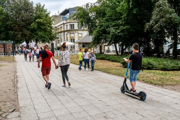 Pod pewnym warunkami można jeździć hulajnogą elektryczną chodnikiem. Trzeba jednak wówczas bardzo ograniczyć prędkość i pamiętać o pierwszeństwie pieszych.