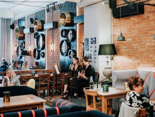 Na kameralnej scenie restauracji Canis występują mniej i bardziej znani artyści, którzy wykonują m.in. muzykę pop, soul, czy jazz.