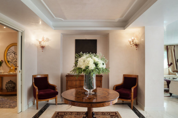 Meble wysokiej jakości, na zamówienie tworzone są często w celu uzupełnienia zestawu posiadanych elementów wyposażenia. Na przykład stół dopasowuje się do foteli.