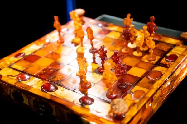 Zestaw bursztynowych szachów z przełomu XVII i XVIII wieku.