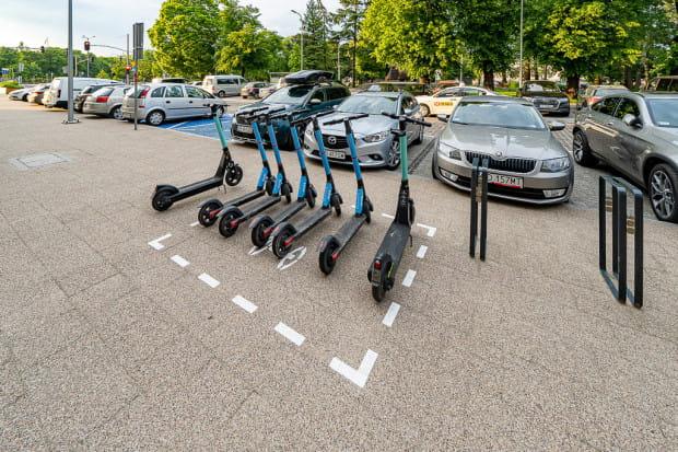 Korzystający mają obowiązek parkować je w miejscach do tego wyznaczonych. Pod dwoma warunkami można je zostawiać także w innym miejscu na chodniku.