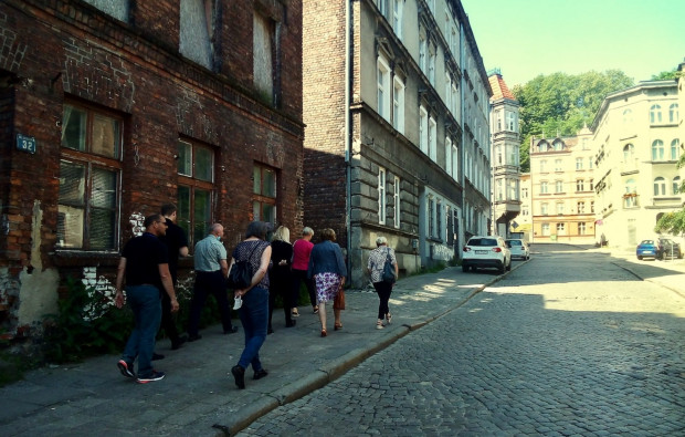 W czerwcu odbyła się wizja lokalna w terenie, podczas której omawiano potencjalne lokalizacje dla pamiątkowej ławeczki.