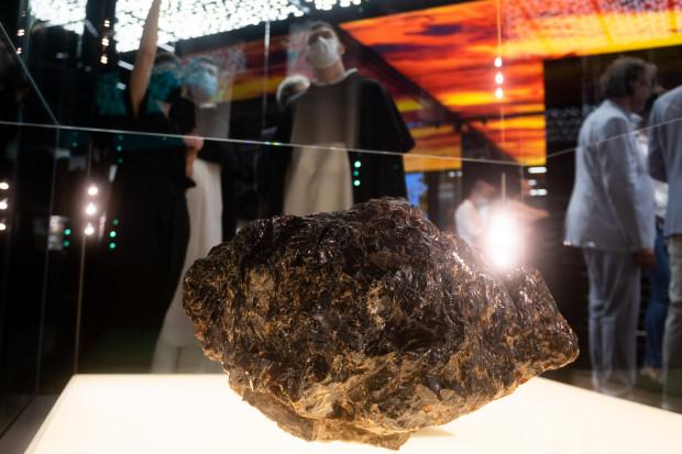 Największa na świecie bryła bursztynu, która waży 68 kg.
