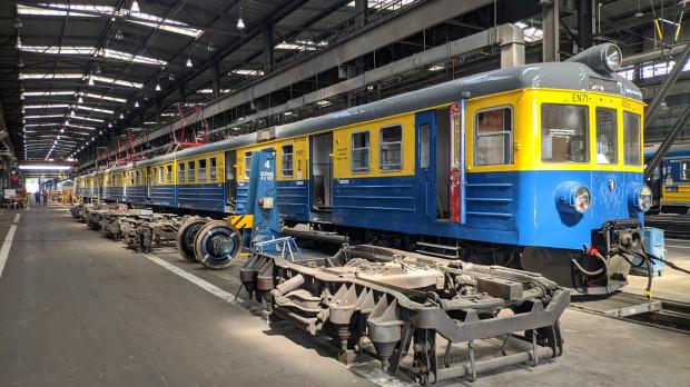 Pociąg EN71-052 w nowych, czyli historycznych barwach.
