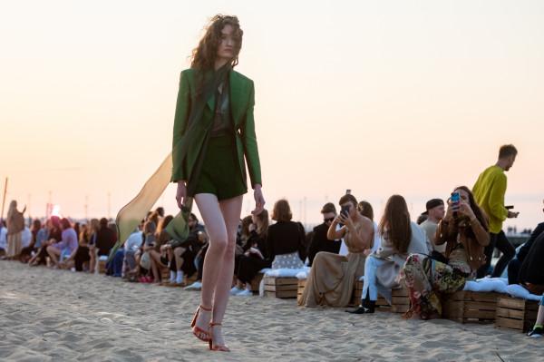 Pokaz mody cyrkularnej Tomasza Ossolińskiego na plaży w Gdańsku Brzeźnie