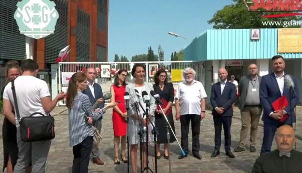 Konferencja pod bramą stoczni z udziałem prof. Magdaleny Gawin i Aleksandry Dulkiewicz.