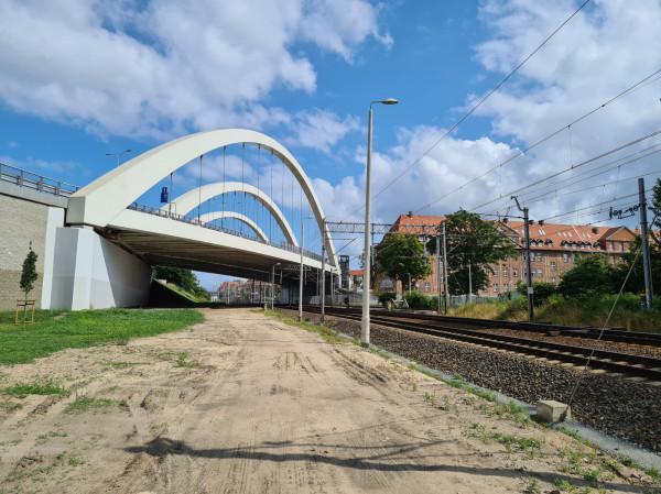 Droga serwisowa przebiega wzdłuż torów od Oruni aż do przystanku SKM Śródmieście.