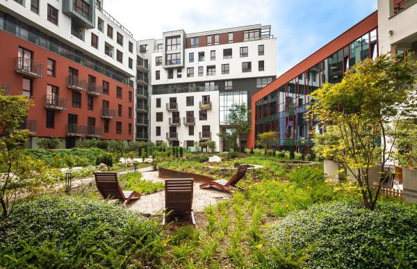 Garnizon. Wrzeszcz. Wokół zabudowa mieszkaniowa i biurowa, a pomiędzy budynkami, na dachu, zielony ogród.
