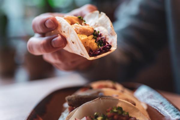 Tacosy to absolutny klasyk i jedno z najbardziej popularnych dań kuchni meksykańskiej. Kukurydziane tortille mogą zawierać całe mnóstwo fantastycznych smaków.