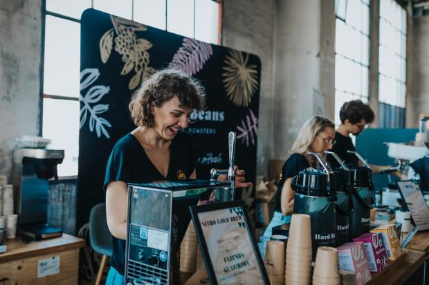 Największą zaletą imprezy są bariści, którzy nie tylko przygotowują i serwują kawę, ale także dzielą się cenną wiedzą na jej temat.