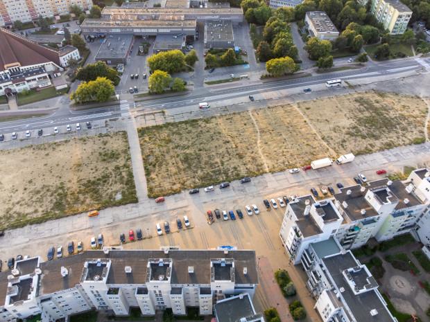 Na wysokości charakterystycznego odgięcia istniejącej zabudowy i pasażu handlowego powstanie ogólnodostępny plac pomiędzy nowymi budynkami osiedla.