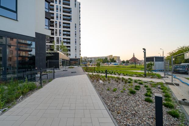 Nowa przestrzeń publiczna w obrębie zbudowanych wieżowców.