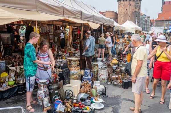 Stoiska ze starociami i antykami to jedne z największych atrakcji Jarmarku św. Dominika. Te zlokalizowane przy ul. Długie Ogrody cieszą się ogromnym zainteresowaniem kupujących.
