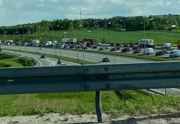 Korek na obwodnicy widziany z wiaduktu al. Armii Krajowej. Tuż za węzłem Karczemki w kierunku autostrady A1 bardzo często dochodzi do przytkania.