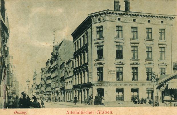 Zdjęcie Podwala Staromiejskiego z początku XX wieku, widok w kierunku Targu Drzewnego. Jak widać, ulica była niegdyś zabudowana kamienicami po obu stronach.
