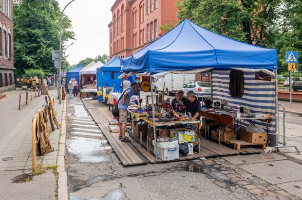 """Handlarze """"jednodniowi"""" krytycznie oceniają ulokowanie ich stoisk przy ul. Łąkowej podczas Jarmarku św. Dominika - miejsce jest tak schowane, że kupujący go nie dostrzegają i w konsekwencji omijają, zamiast wpaść na rekonesans i zakupy."""