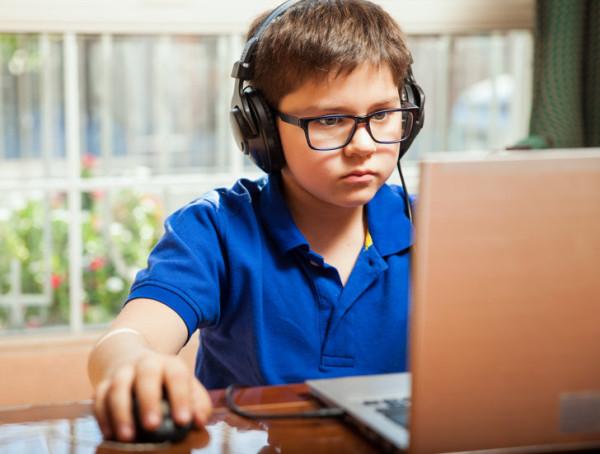 W czasie wakacji jedni grają w gry komputerowe więcej, drudzy - mniej.