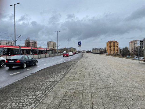 Aleja będzie rozpoczynać się w rejonie skrzyżowania z ul. Chmielną, na wysokości widocznej na zdjęciu zatoczki autobusowej.