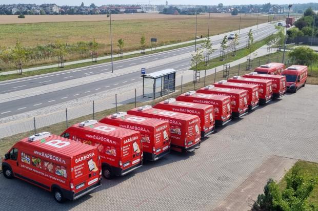 Transport zakupów odbywa się specjalnie dostosowanymi do tego celu vanami, wyposażonymi w urządzenia chłodnicze i zamrażarki. To daje gwarancję świeżości przywiezionego towaru.