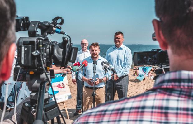 Środowa konferencja wiceministra odbyła się na plaży w Brzeźnie.