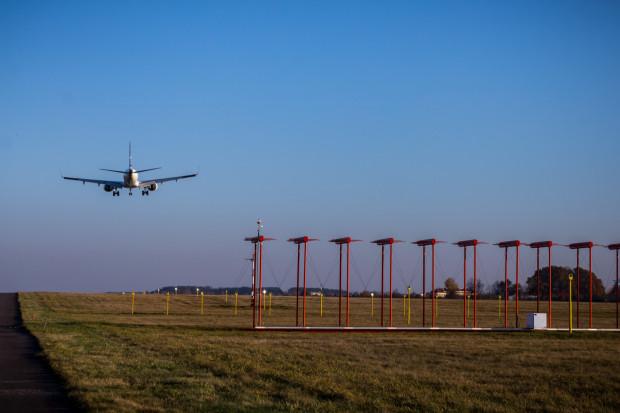 Anteny systemu ILS to jedno z ulubionych miejsc, na których lubią odpoczywać ptaki żyjące w rejonie lotniska.