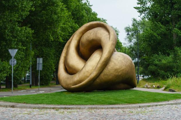 """Rzeźba """"Echo"""" Xawerego Wolskiego stanęła na rondzie u zbiegu ul. Bitwy pod Płowcami i Hestii w Sopocie. Choć od odsłonięcia minęło raptem kilka tygodni, bije rekordy popularności w mediach społecznościowych i doczekała się licznych przydomków."""