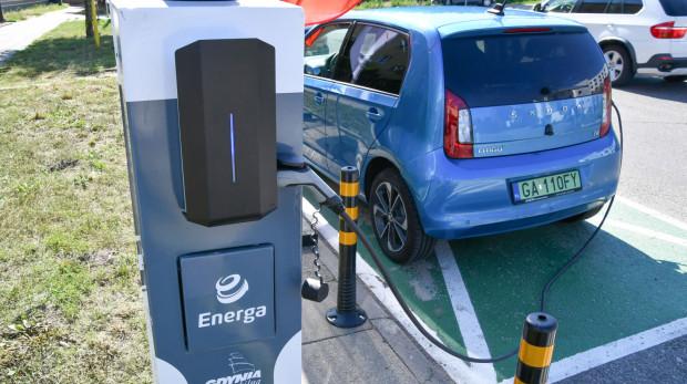 Samochód elektryczny można ładować przy słupie oświetleniowym przy ul. Komandorskiej przez całą dobę.