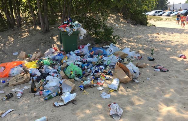 Przepełniony śmietnik na plaży nie jest usprawiedliwieniem dla zostawiania odpadów na piasku.