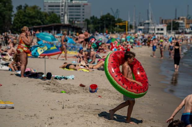 Gdy na plaży są dzieci, to w pakiecie także piski i krzyki. Denerwujące, ale do przeżycia. To w końcu wakacje.