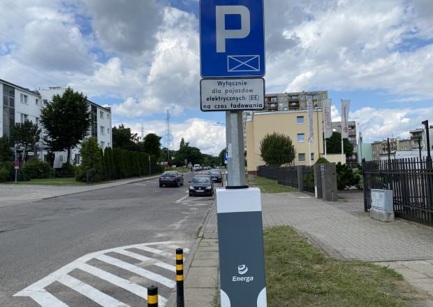 Obok ładowarek są miejsca oznaczone kolorem zielonym dla posiadaczy elektrycznych aut.