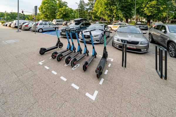 Jeśli zaparkujemy hulajnogę w miejscu do tego przeznaczonym, unikniemy kary.