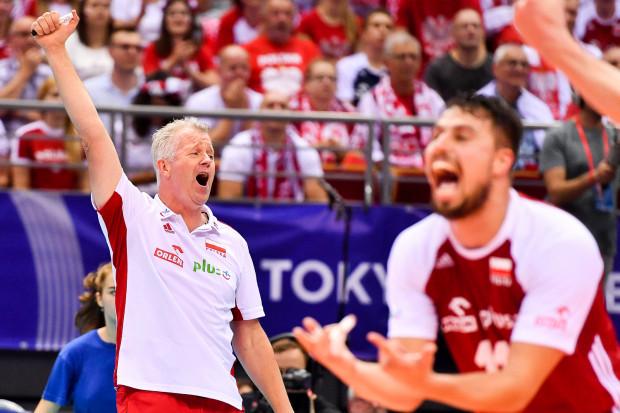 Polscy siatkarze wygrali na Igrzyskach Olimpijskich Tokio 2020 czwarty mecz z rzędu i z 1. miejsca awansowali do ćwierćfinałów. Na zdjęciu trener Vital Heynen i rozgrywający Fabian Drzyzga.